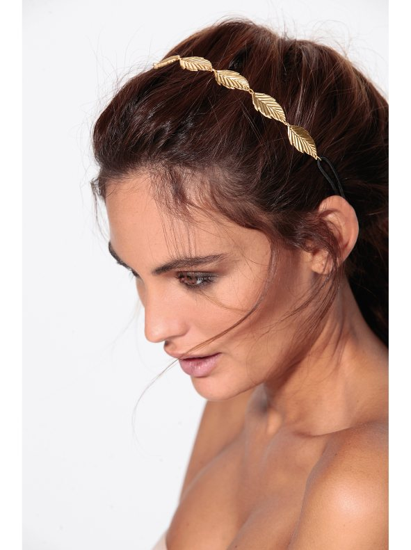 Está comprobado que detrás de las orejas el olor permanece mucho más tiempo que en otras partes del cuerpo. Diadema de hojas de Venca, 4,99€ (www.venca.es)